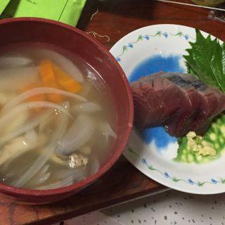 鰹の刺身と中華スープ